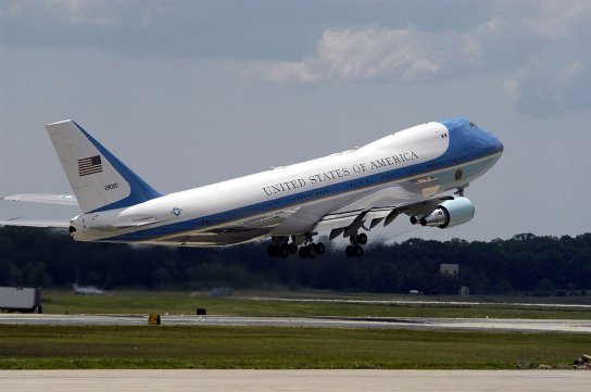 1280px-US_Navy_050521-N-0295M-026_Air_Force_One_takes_off_from_Andrews_Air_Force_Base_Md._during_the_2005_Joint_Service_Open_House (1)