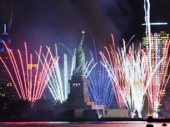 new-york-fireworks-statue-of-liberty-1