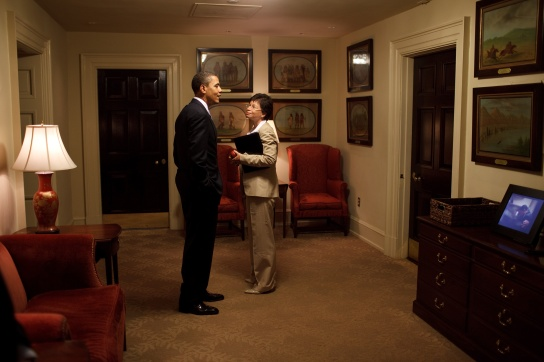 barack_obama_and_valerie_jarrett_in_the_west_wing_corridor